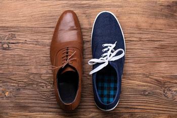45eb6a02a25ff0 getragene Schuhe auf Holzfussboden